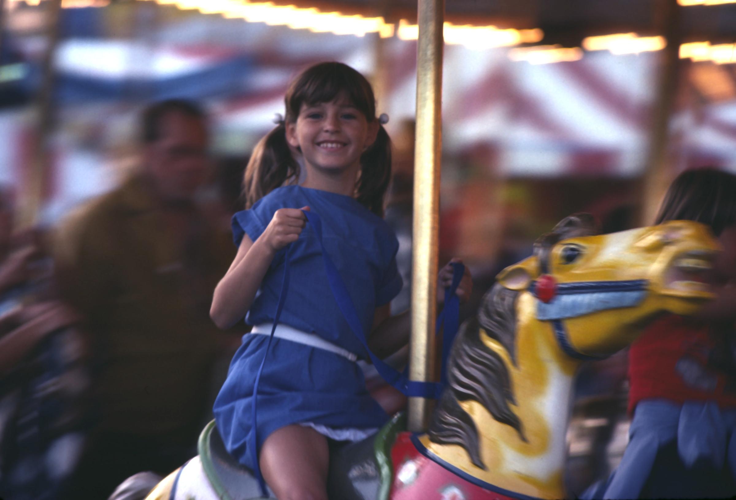 maedchen auf karusell beim schatzsuche kindergeburtstag 4 jahre